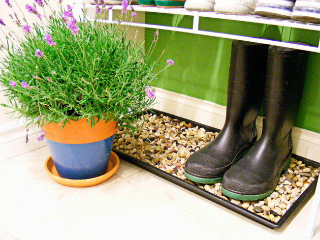 Nếu bạn muốn cất giày đi mưa trong nhà, để giày lên một chiếc khay có trải sỏi để tránh làm ướt và bẩn nhà.