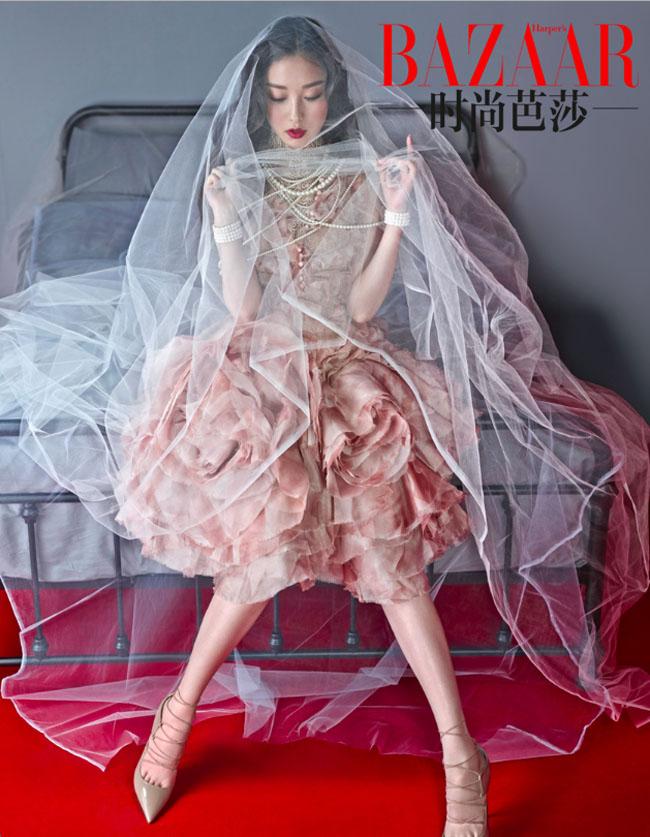 Dù vừa chia tay với Phùng Thiệu Phong, Nghê Ni vẫn sẵn lòng khoác lên mình trang phục cô dâu xinh tươi.