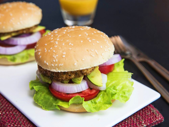 tu lam hamburger kep thit ga dai ca nha bua sang - 11