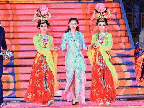 bae yong joon tuoi roi ben vo trong ky nghi trang mat - 8