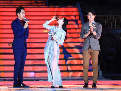 bae yong joon tuoi roi ben vo trong ky nghi trang mat - 10