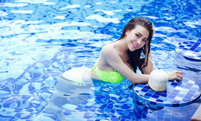 Người đẹp Trà Ngọc Hằng thích ngả mình, tay chống cằm bên hồ bơi.