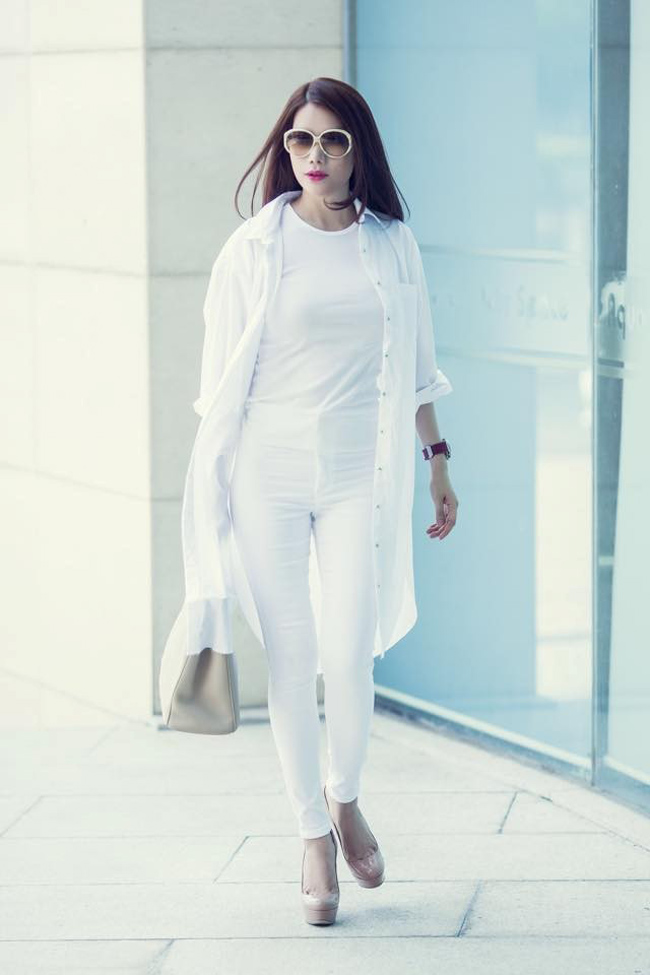 Trương Ngọc Ánh khiến nhiều người phải ghen tị vì sắc vóc cuốn hút, bộ đồ trắng layer hết sức phong cách giữa mùa hè càng tăng thêm đẳng cấp thời trang của nữ diễn viên.