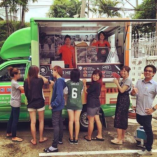 doi tinh nhan thai mo hang banh mi viet tren dat bangkok - 4