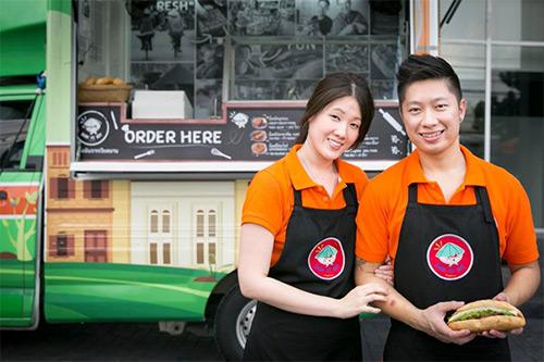 doi tinh nhan thai mo hang banh mi viet tren dat bangkok - 1