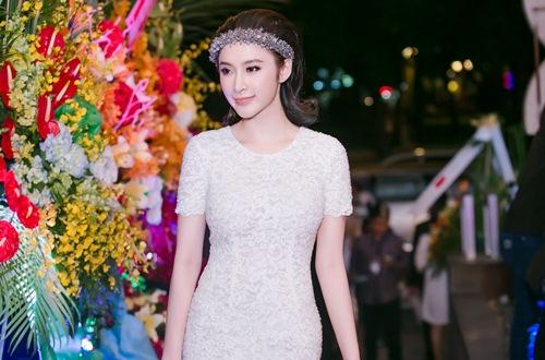 angela phuong trinh gian di van gay chu y tai su kien - 8