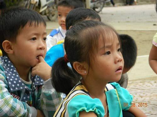 co giao nghen ngao vi hoc sinh them thuong banh, sua - 2