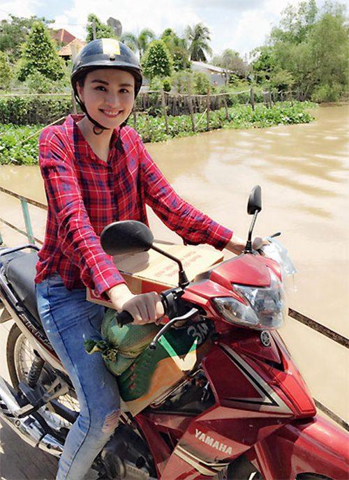 HH Diễm Hương tự lái xe máy, đội nắng đi từ thiện-1