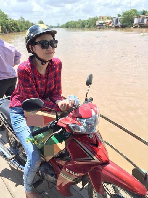 HH Diễm Hương tự lái xe máy, đội nắng đi từ thiện-2