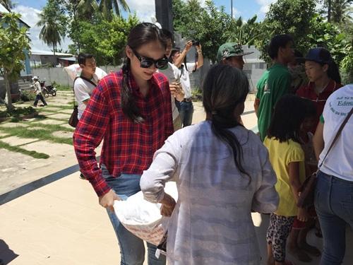 HH Diễm Hương tự lái xe máy, đội nắng đi từ thiện-3