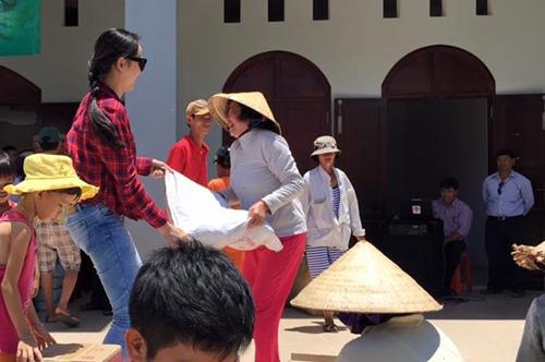 HH Diễm Hương tự lái xe máy, đội nắng đi từ thiện-7