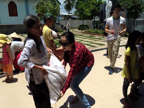 HH Diễm Hương tự lái xe máy, đội nắng đi từ thiện-8