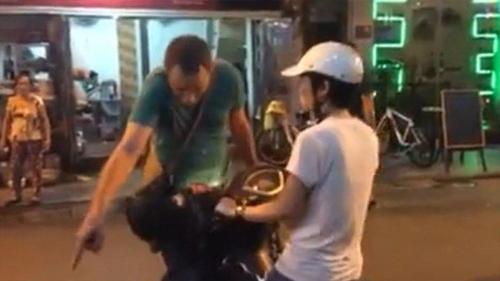 Sao phải để khách Tây chặn xe người Việt?-1