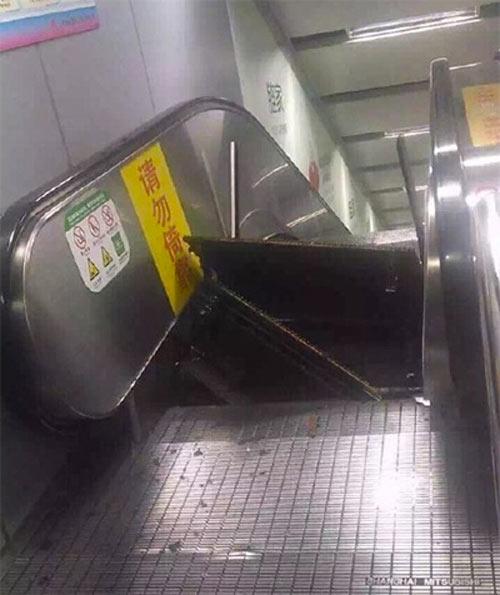 Thang cuốn TQ bất ngờ bật tung, hành khách chạy tán loạn-2
