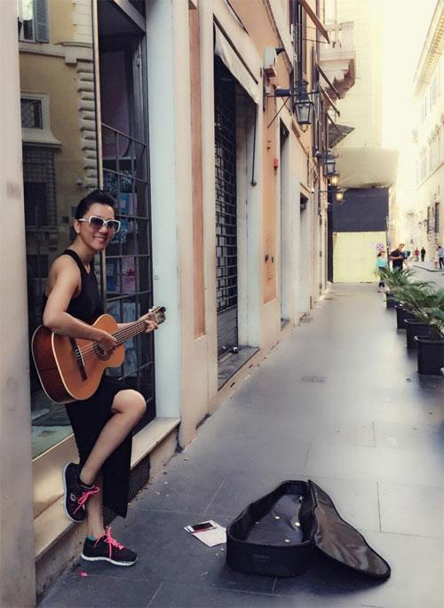 MC Kỳ Duyên ôm đàn hát rong xin tiền ở Ý - 1