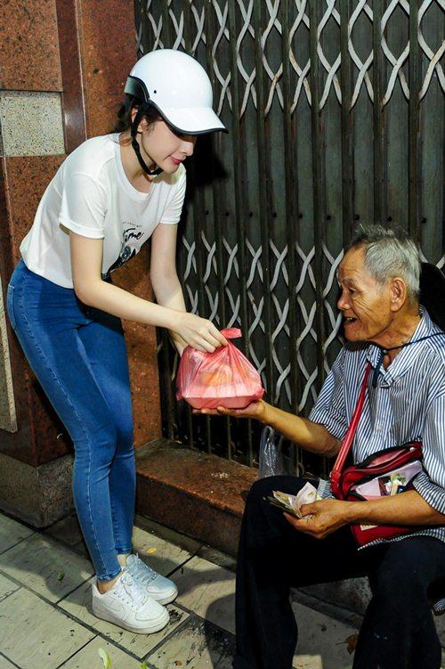 me angela phuong trinh cho con di tu thien bang xe may - 5
