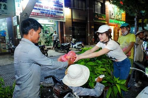 me angela phuong trinh cho con di tu thien bang xe may - 6