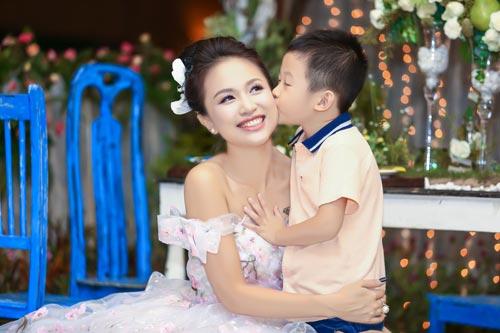 """con trai van hugo lam """"nguoi dan ong nhi"""" cua me - 10"""