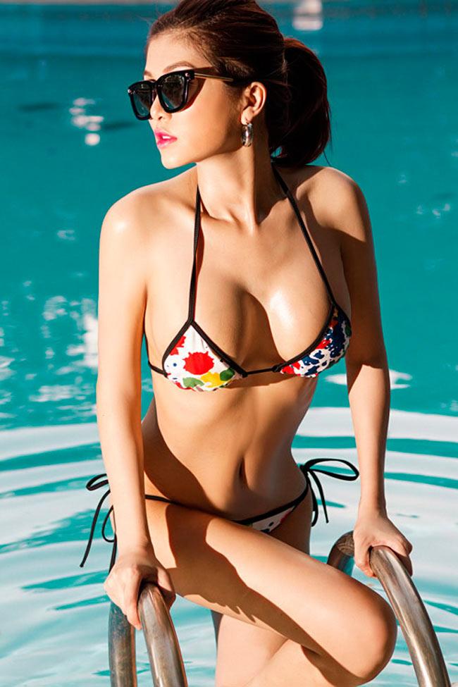 Đường cong no tròn của người mẫu Lan Hương càng trở nên nảy nở hơn khi cô chọn chiếc áo tắm dây siêu mỏng manh.
