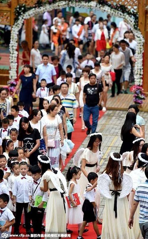 TQ: Trường trải thảm đỏ đón học sinh lớp 1-3