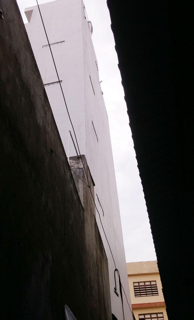 TPHCM: Bồn nước 1.500 lít rơi, đè chết bé gái đang ngủ-4