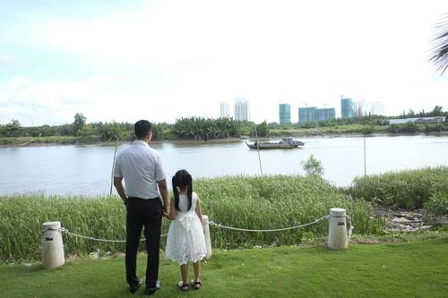 Bình Minh thay vợ đưa con gái đi khai giảng-6