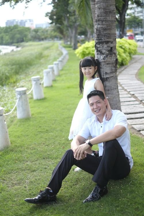 Bình Minh thay vợ đưa con gái đi khai giảng-9