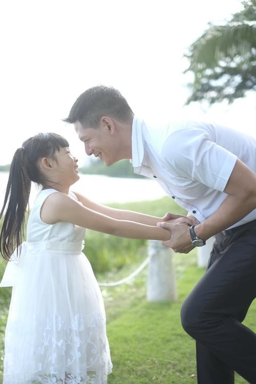 Bình Minh thay vợ đưa con gái đi khai giảng-11
