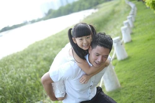 Bình Minh thay vợ đưa con gái đi khai giảng-12