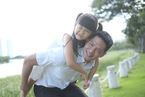 Bình Minh thay vợ đưa con gái đi khai giảng-13