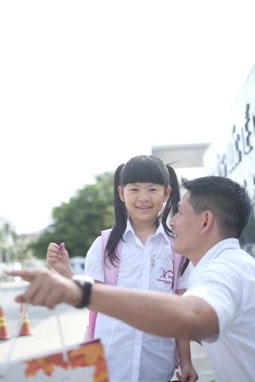 Bình Minh thay vợ đưa con gái đi khai giảng-1