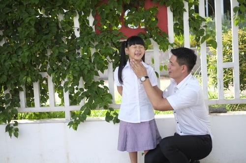 Bình Minh thay vợ đưa con gái đi khai giảng-2