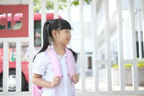 Bình Minh thay vợ đưa con gái đi khai giảng-3