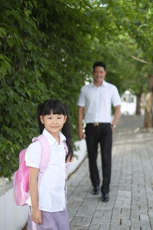 Bình Minh thay vợ đưa con gái đi khai giảng-4