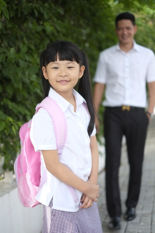 Bình Minh thay vợ đưa con gái đi khai giảng-5