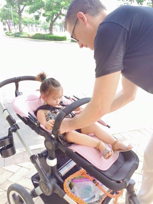 Chồng Đoan Trang chăm sóc con gái chu đáo-2