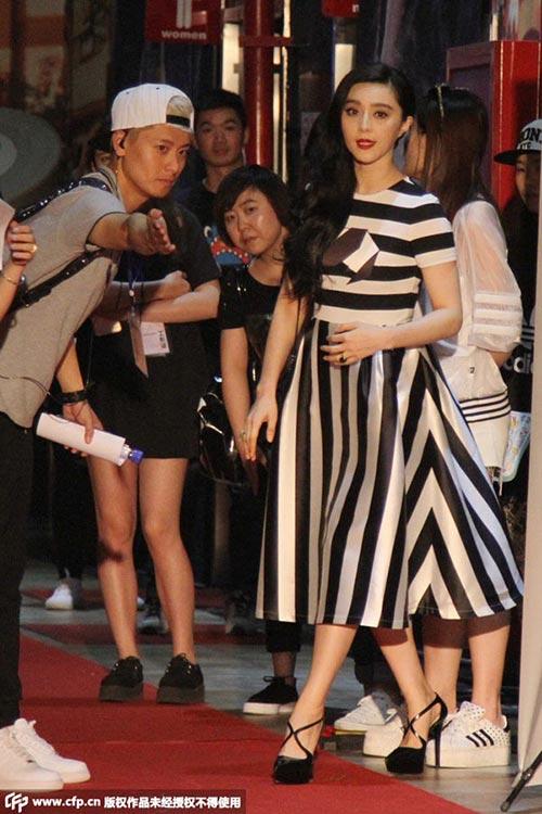Vợ Bae Yong Joon sang trọng, quý phái ngày tái xuất-11