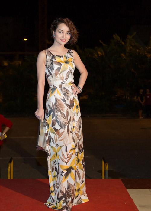 """Khán giả """"thót tim"""" vì váy xẻ của Thủy Tiên trên truyền hình - 12"""