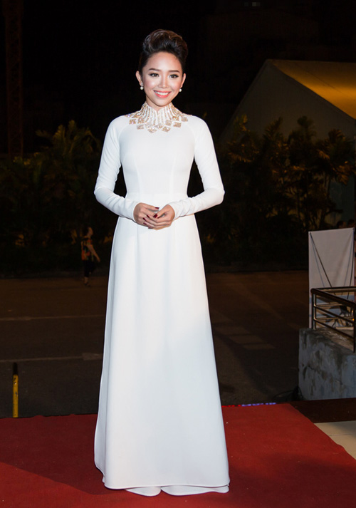 """Khán giả """"thót tim"""" vì váy xẻ của Thủy Tiên trên truyền hình - 11"""