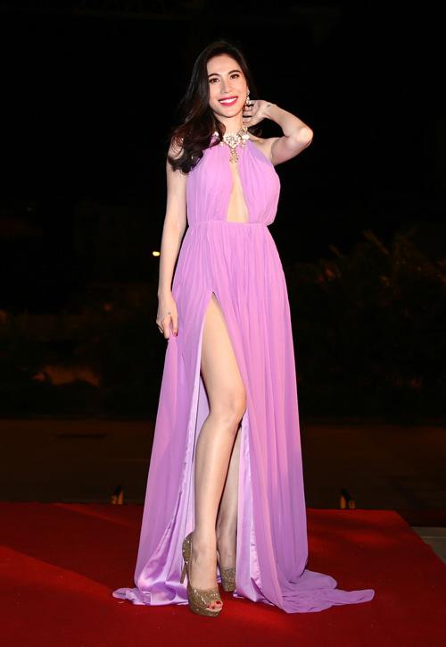 """Khán giả """"thót tim"""" vì váy xẻ của Thủy Tiên trên truyền hình - 5"""