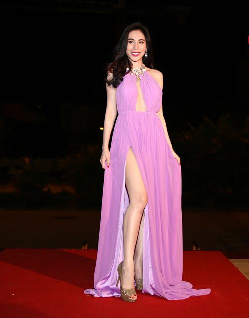 """Khán giả """"thót tim"""" vì váy xẻ của Thủy Tiên trên truyền hình - 7"""