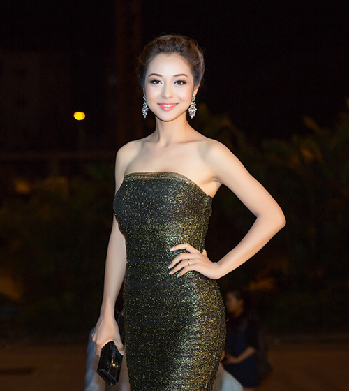 """Khán giả """"thót tim"""" vì váy xẻ của Thủy Tiên trên truyền hình - 13"""