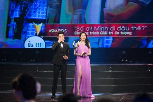 """Khán giả """"thót tim"""" vì váy xẻ của Thủy Tiên trên truyền hình - 9"""