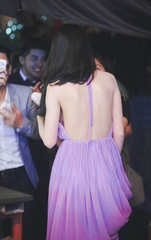 """Khán giả """"thót tim"""" vì váy xẻ của Thủy Tiên trên truyền hình - 4"""