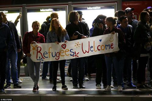 Nước Đức hò reo chào đón hàng nghìn người tị nạn Syria-11