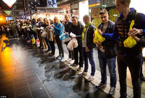 Nước Đức hò reo chào đón hàng nghìn người tị nạn Syria-12