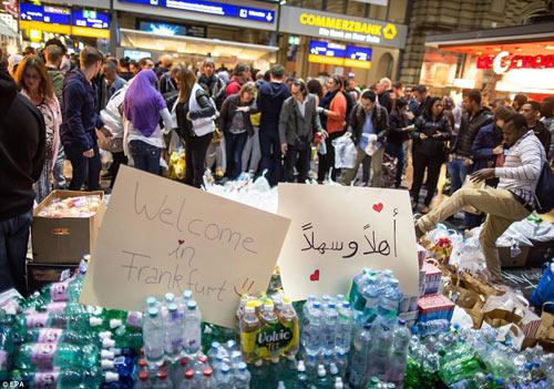 Nước Đức hò reo chào đón hàng nghìn người tị nạn Syria-15