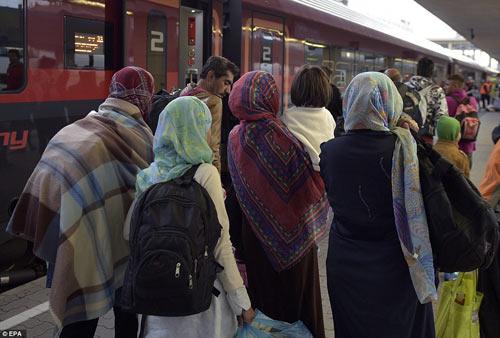 Nước Đức hò reo chào đón hàng nghìn người tị nạn Syria-17