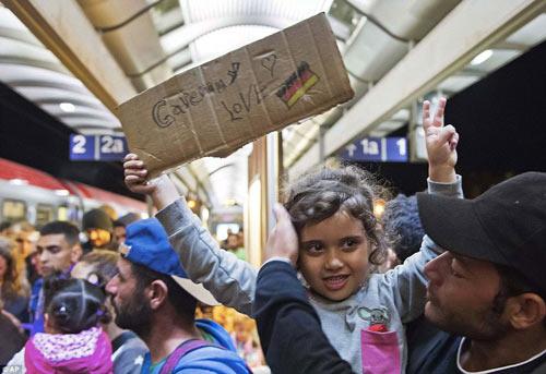Nước Đức hò reo chào đón hàng nghìn người tị nạn Syria-19