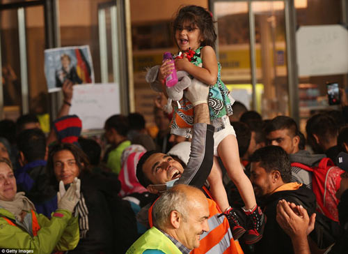 Nước Đức hò reo chào đón hàng nghìn người tị nạn Syria-4